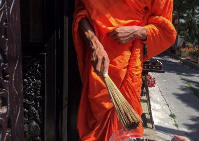 mnich vysvěcuje Thaj Samui